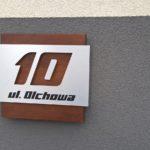 Numer 10 na elewację – połączenie dibondu i drewna