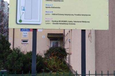 Tablica informacyjna wraz z konstrukcją i jej posadowieniem w gruncie