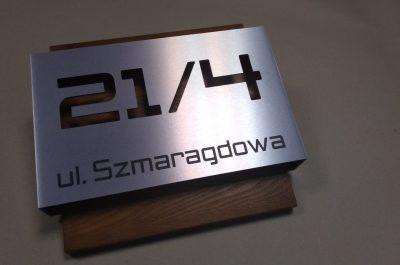 Numer 21/4 na elewację – połączenie dibondu i drewna
