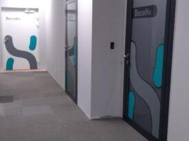 Drzwi z folią imitującą szkło piaskowane, powycinana wraz z elementami grafiki z folii ploterowej