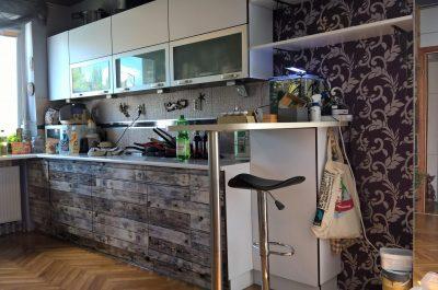 Kuchnia z palet wykonanie wydruków z folii samoprzylepnej na podstawie oryginalnej ściany