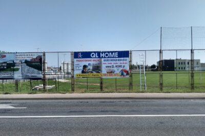 Baner reklamowy na ogrodzenie boiska