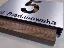 Numer 5 na elewację – połączenie dibondu i drewna